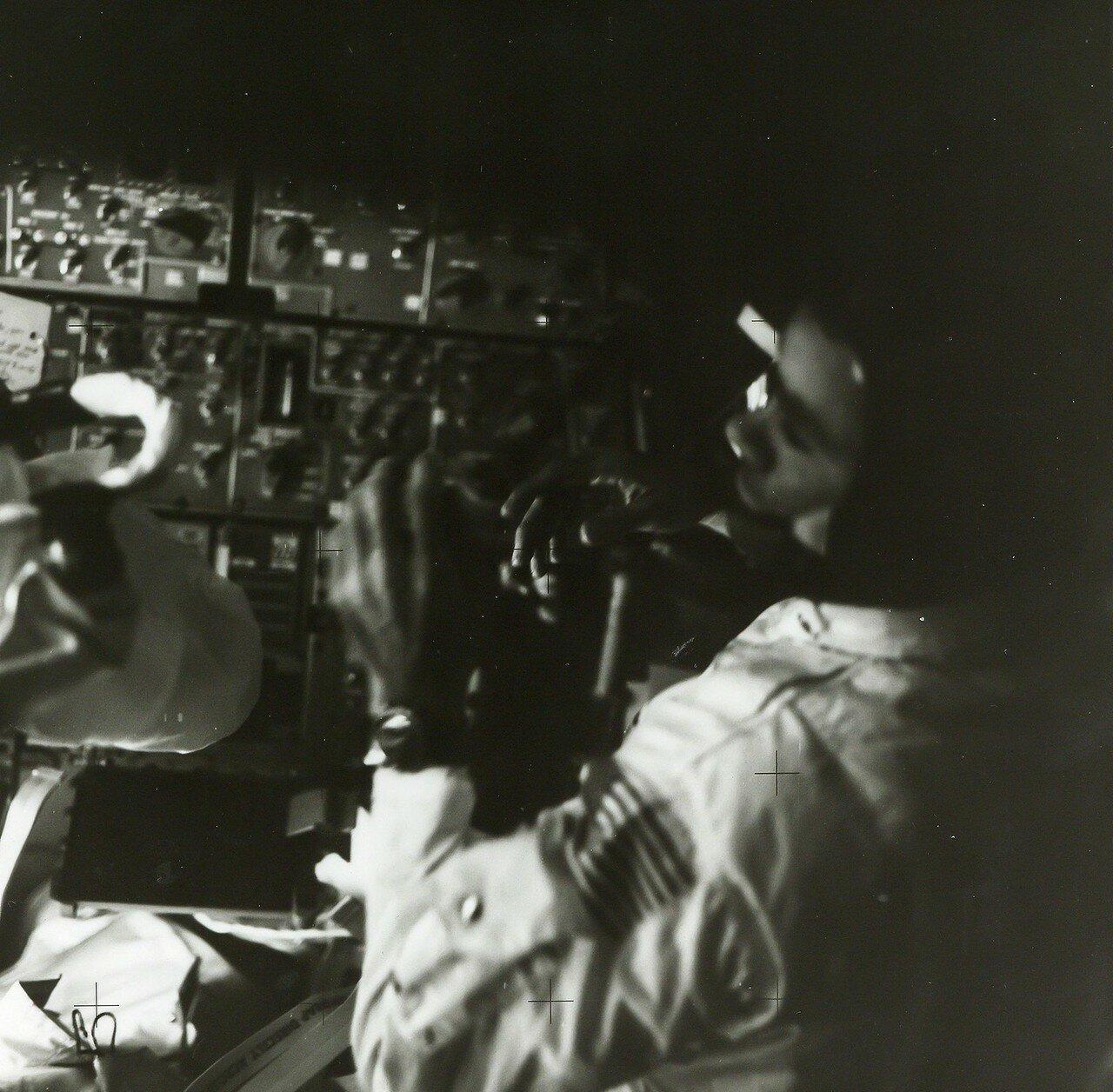 Ловелл стравил давление из туннеля в космос до 0.19 атм. Суайгерт подорвал пироболты, стягивающие туннель и командный модуль. Остаточное давление мягко оттолкнуло модули друг от друга в 16 часов 43 минуты. На снимке: Астронавты внутри Лунного Модуля