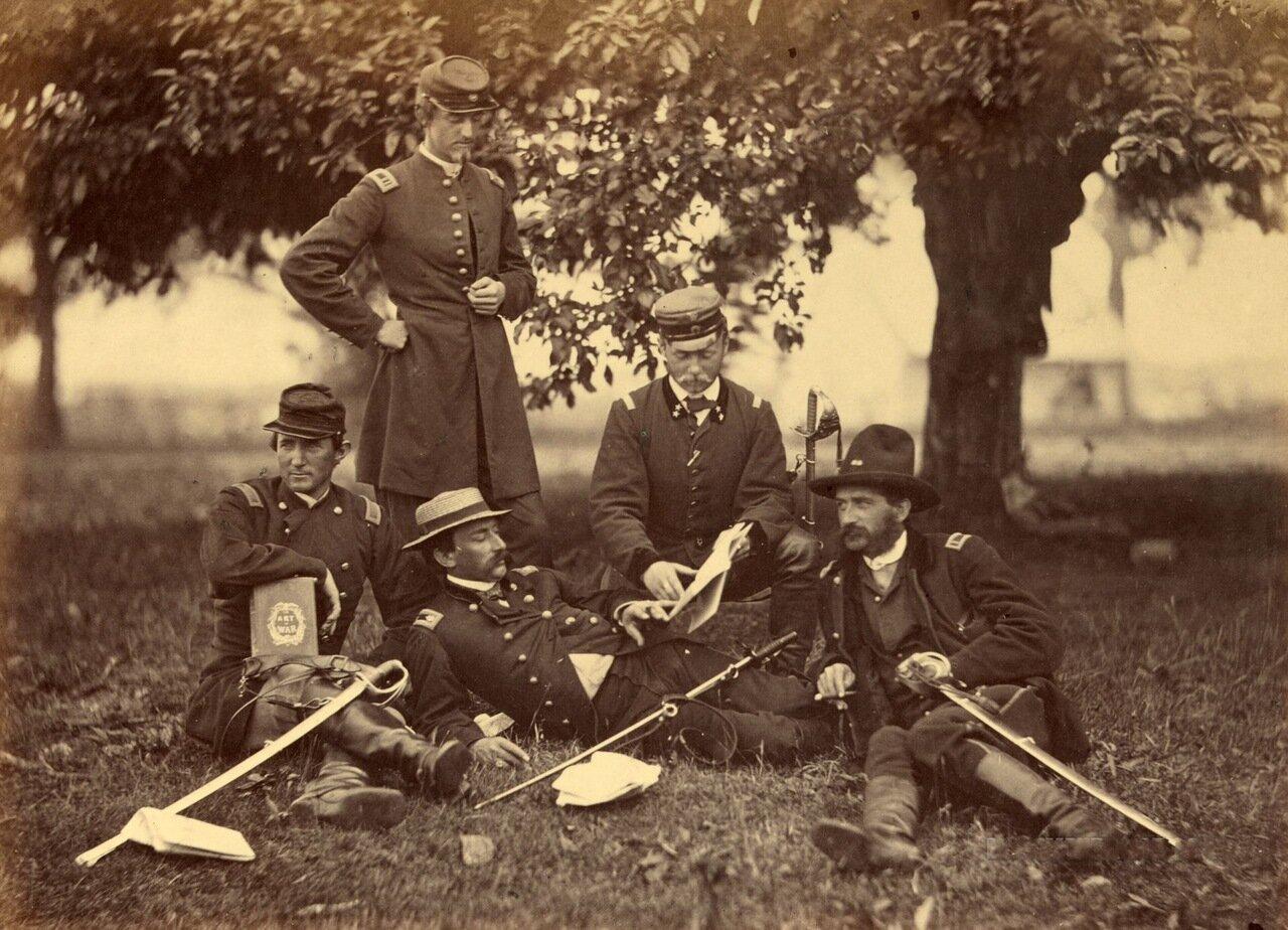 Изучение военного искусства, сцена возле здания суда в Фэрфаксе. Вирджиния. Июнь 1863 г.