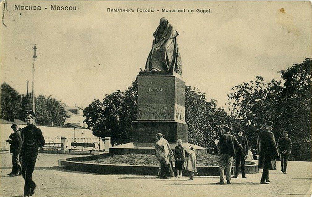 Арбатская площадь. Памятник Н.В. Гоголю
