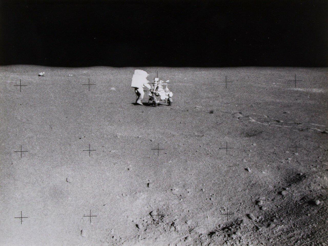 По пути были взяты ещё несколько проб лунного грунта. На снимке: Отдаленный вид Эдгара Митчелла работающего на MET