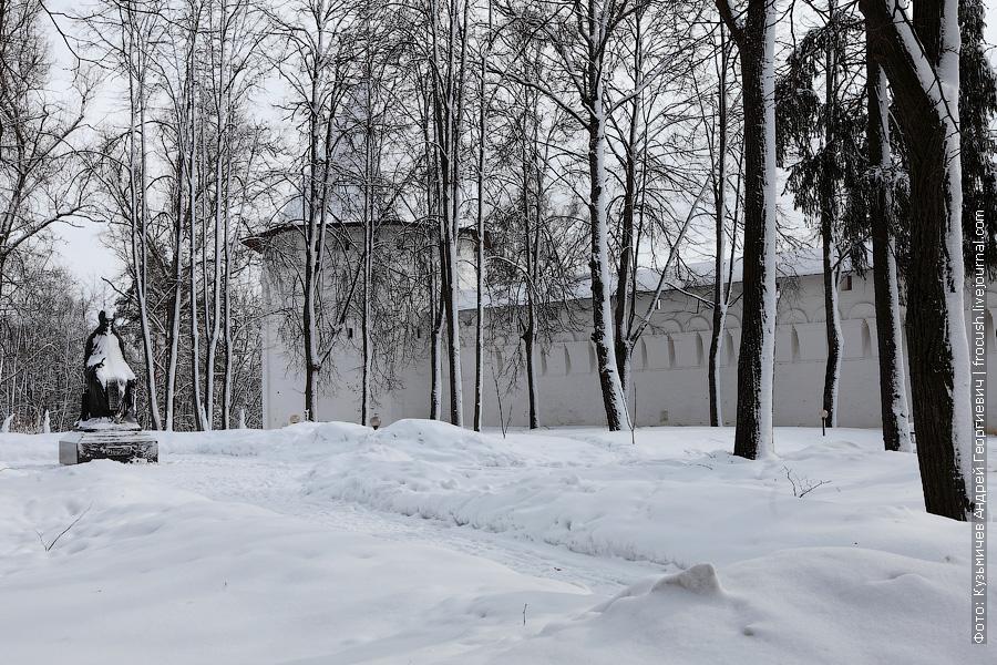 фото северо-восточная башня монастыря и памятник Преподобному Савве, игумену Сторожевскому и всея России чудотворцу
