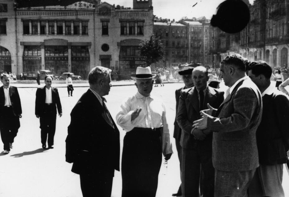 1946.06.12. председатель Совета Министров УССР Н.С.Хрущев беседует с архитекторами по поводу благоустройства Бессарабской площади