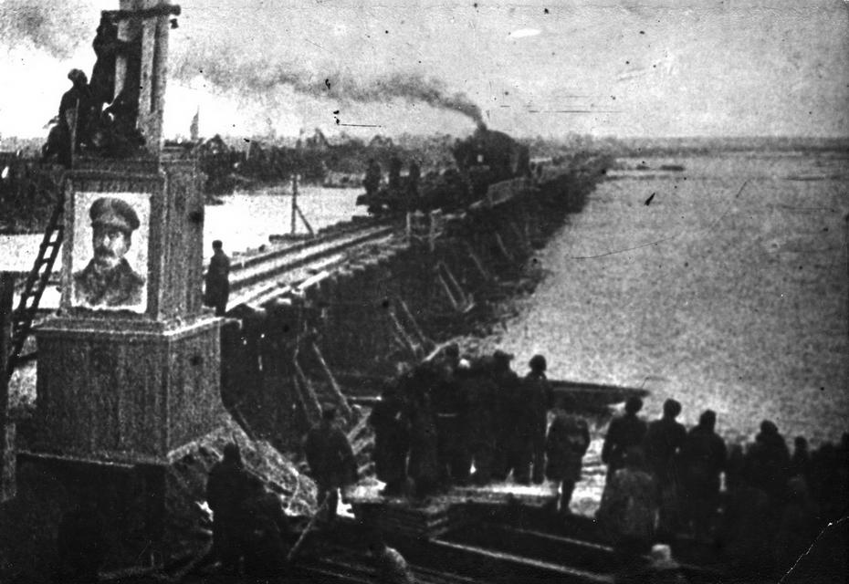 1943. Общий вид временного железнодорожного моста через Днепр, по которому проходит первый после освобождения Киева поезд. В ноябре 1943 года воины-железнодорожники всего за тринадцать суток построили низководный мост через Днепр длиной в 1 километр