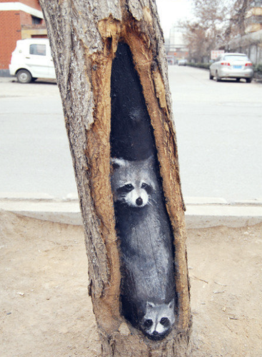 Стрит-арт на стволах деревьев