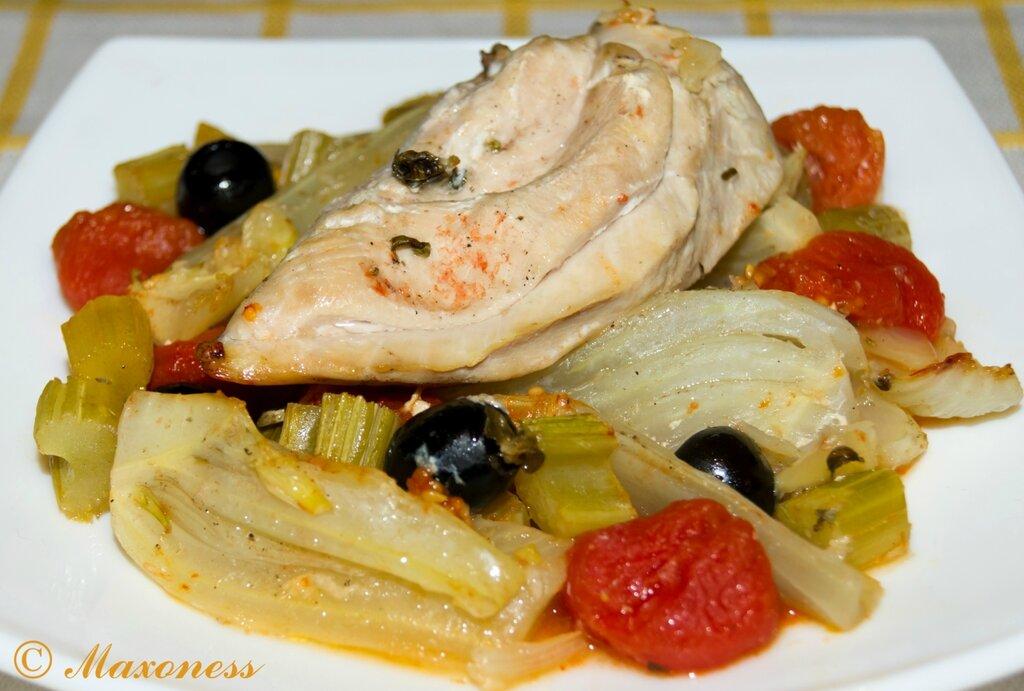 Фенхель, запеченный с черри, оливками, сельдереем и куриной грудкой