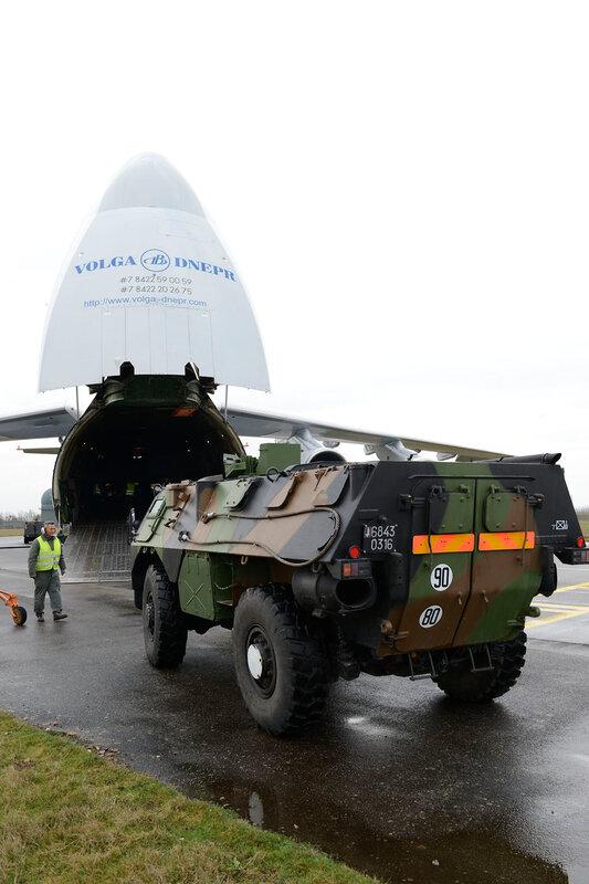un VAB monte à bord d'un avion russe Antonov 124 à destination du Mali