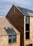 Мансардные окна на деревянной крыше