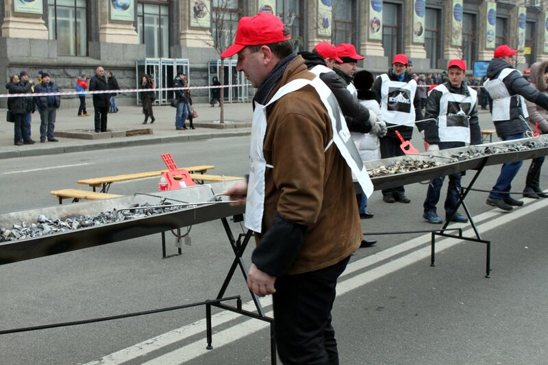 Подготовка к жарке рекордного шашлыка