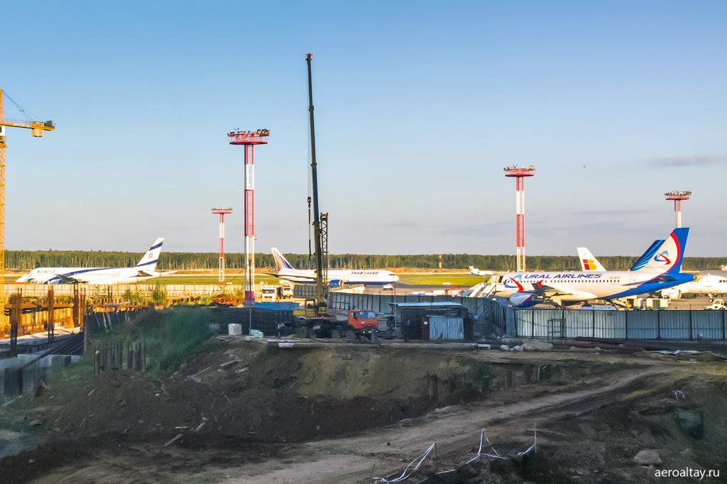 Стройка и перрон в аэропорту Домодедово
