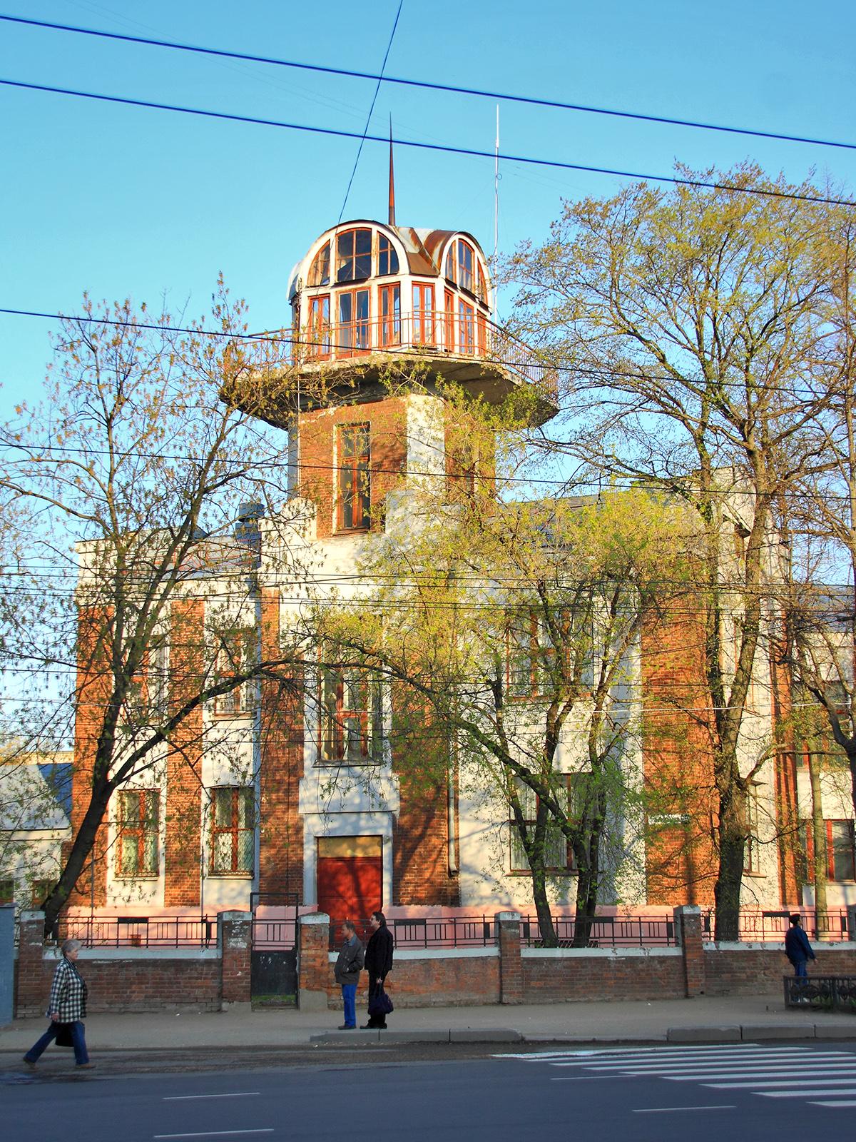 Школа им.10-летия Октябрьской революции, 1928 г. Левое крыло здания с обсерваторией.