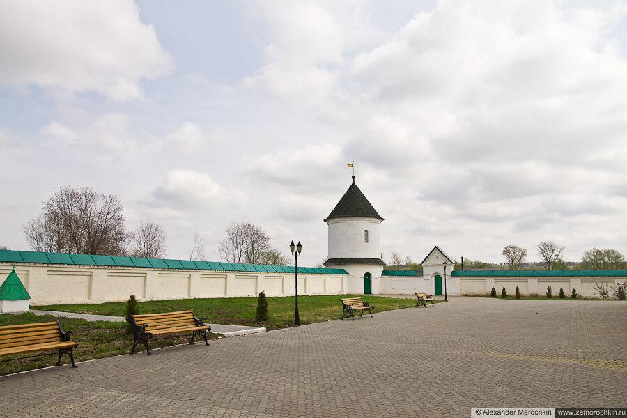 Внутренний дворик и угловая башня Макаровского монастыря Саранск