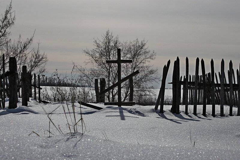 Крест за погостом