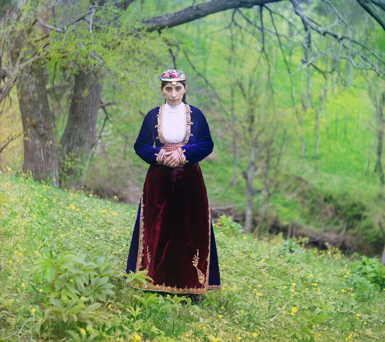 Окрестности Батума. Армянка в национальном костюме