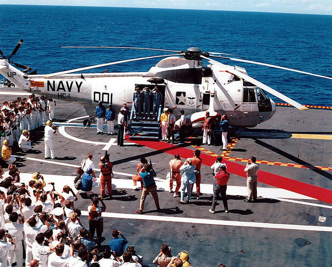 Экипаж был доставлен на борт авианосца ВМФ США USS Ticonderoga через 37 минут после приводнения. На снимке: Экипаж «Аполлон-16» доставлен на борт авианосца USS Ticonderoga