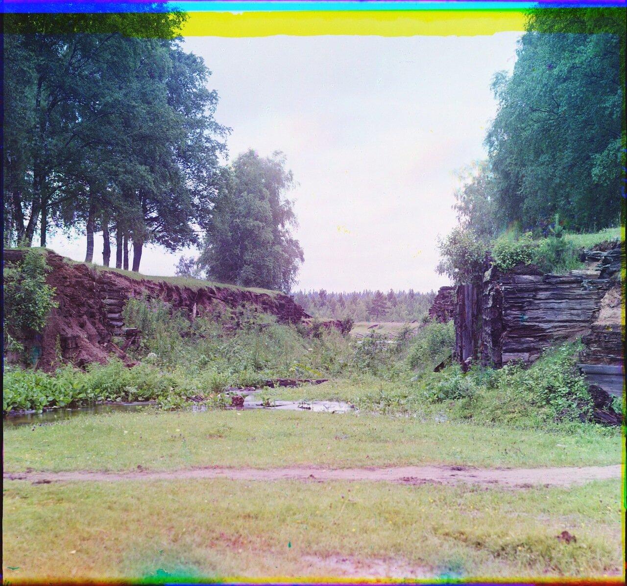 Старый Петровский шлюз около дер. Петровское. Остатки шлюза св.Петра на старом Мариинском канале.1909 год.