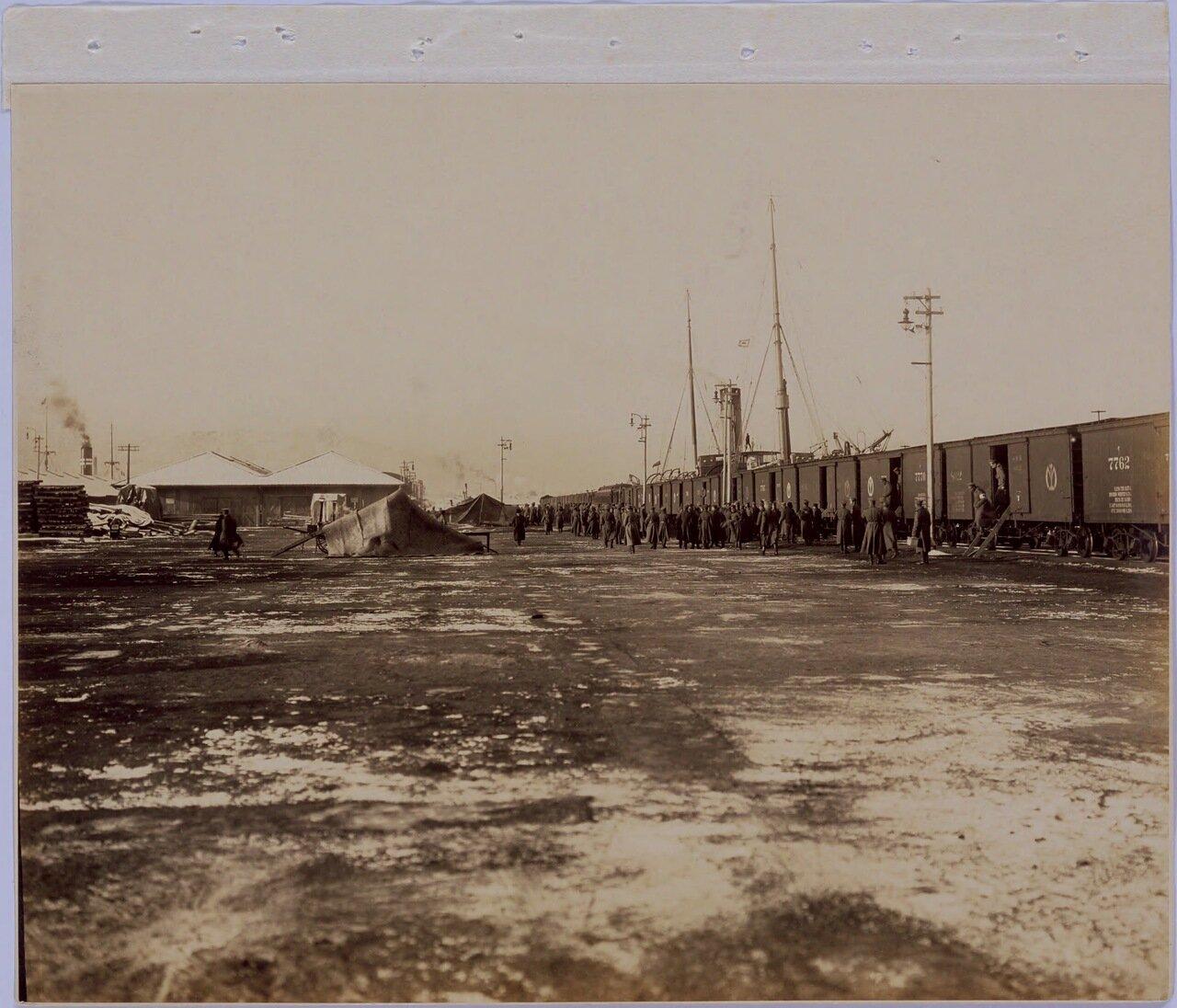 Высадка из ваагонов поезда после прибытия в Далянь утром 16 марта