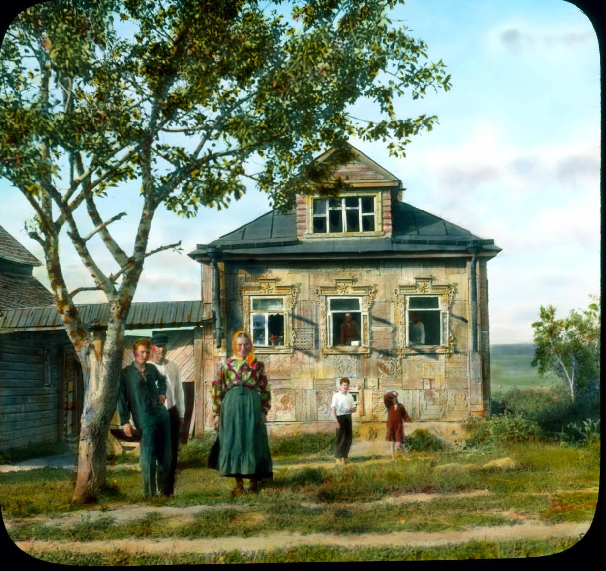 Семья в передней части дома возле Ленинграда
