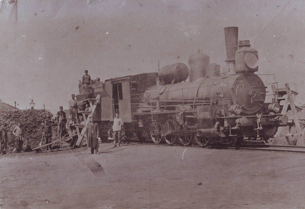 1918. Комм.и комс.ст.Пачелма на субботнике грузят уголь на паровоз.