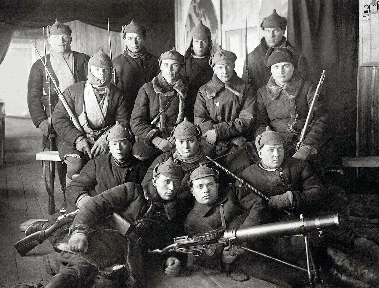 Группа стрелков охраны Вайгачской экспедиции ОГПУ с полным вооружением. Ненецкий округ, 1934 г.
