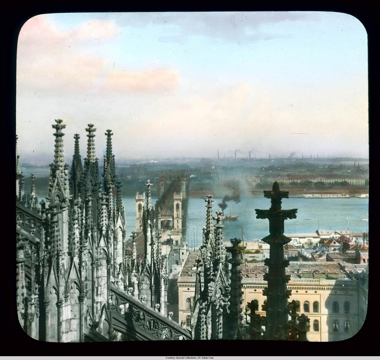 Кельнский собор. Вид шпилей собора и мост Гогенцоллернов