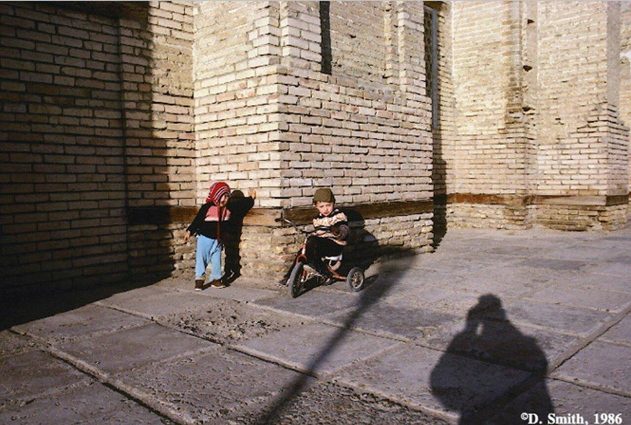 Бухара. Дети играют на улице
