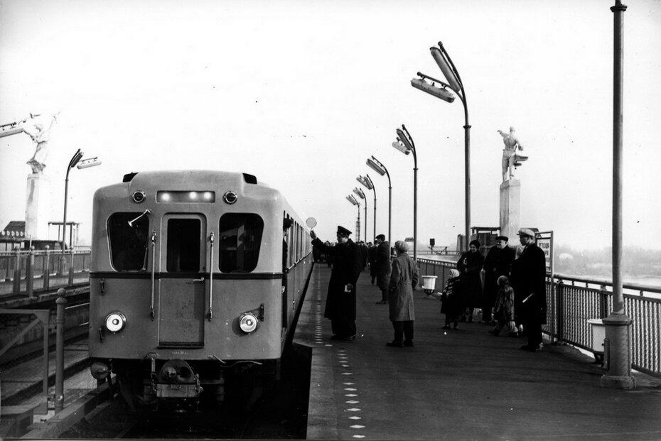 1960. Поезд отправляется со станции метро Днепр. Фото: Яицкий И.М.