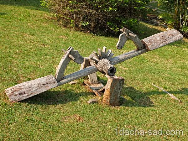 Простые дачные качели из дерева