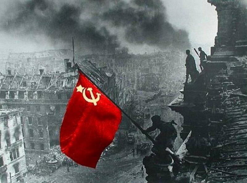 Фотография Е. А. Халдея «Знамя Победы над Рейхстагом», 1945 год.