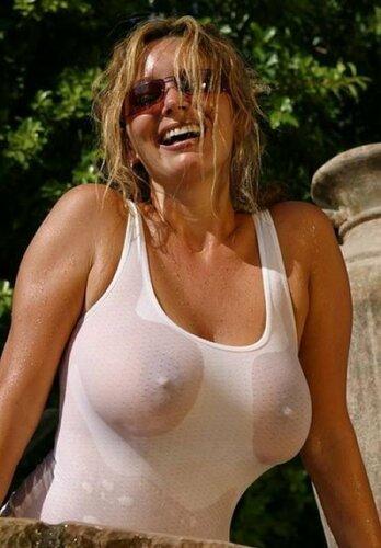 Смелые фотографии девушек в мокрых майках. Фотографии