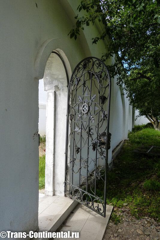 Посольский монастырь: Врата к могилам на берегу Байкала