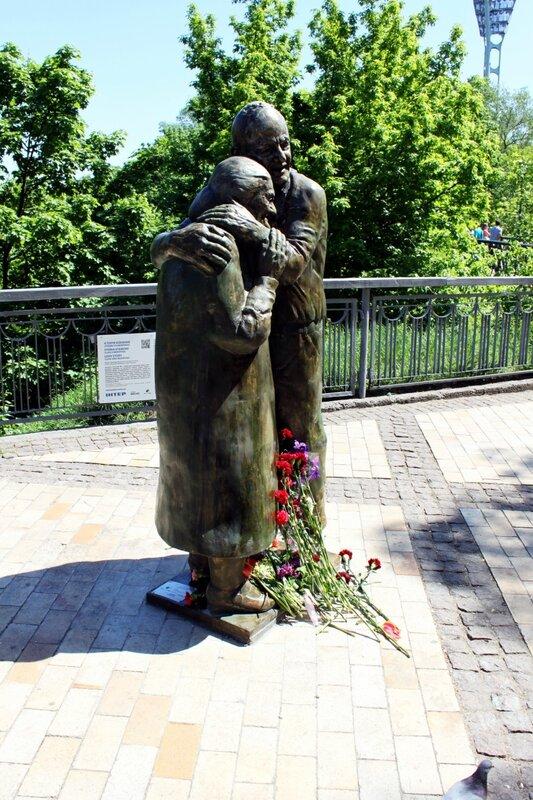 Цветы у памятника Луиджи и Мокрине