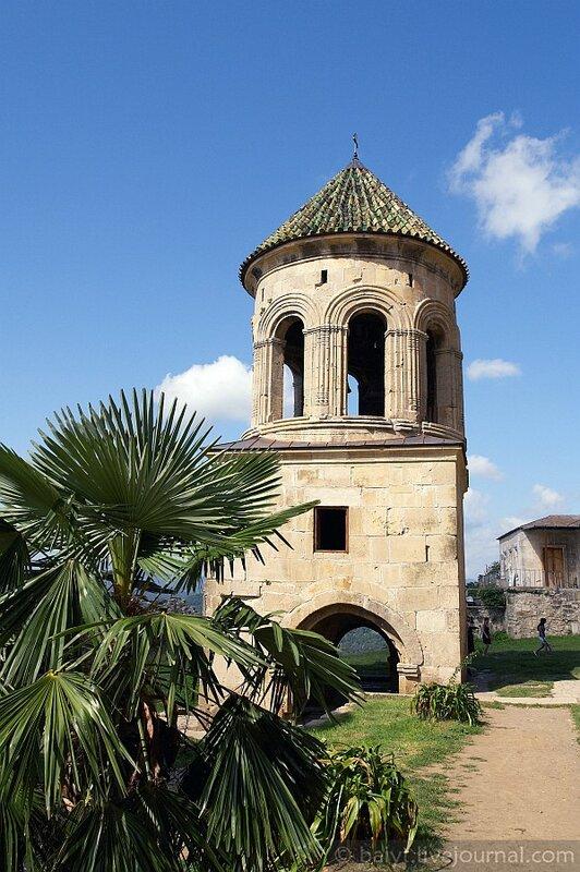Колокольня в монастыре Гелати
