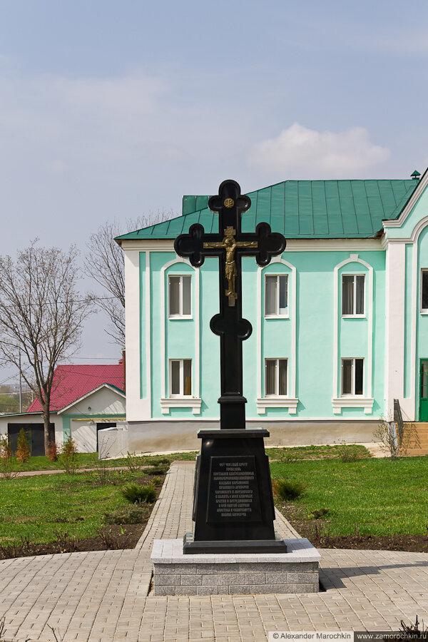 Поклонный крест на территории Макаровского монастыря Саранск