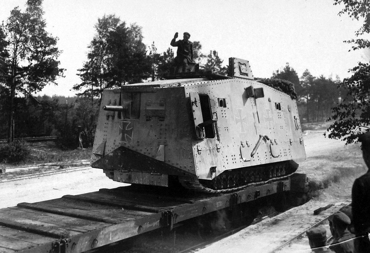 Загрузка немецкого танка A7V на железнодорожную платформу (15)
