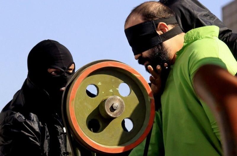 Публичное Иранское наказание по отрезанию пальца за воровство