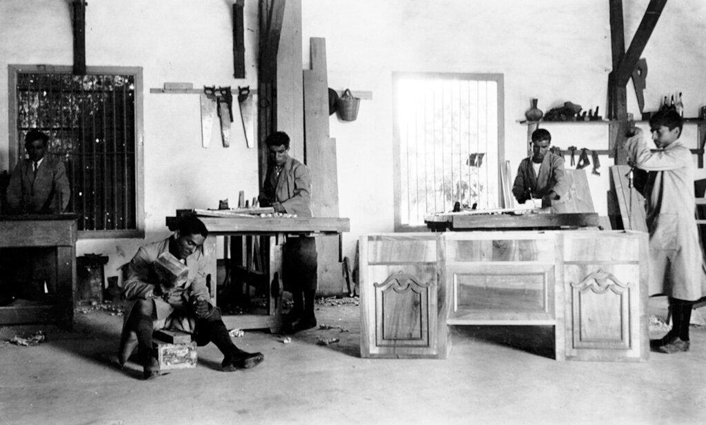 Ученики в деревообрабатывающей мастерской института Мелконяна, Никосия, 1924 г.
