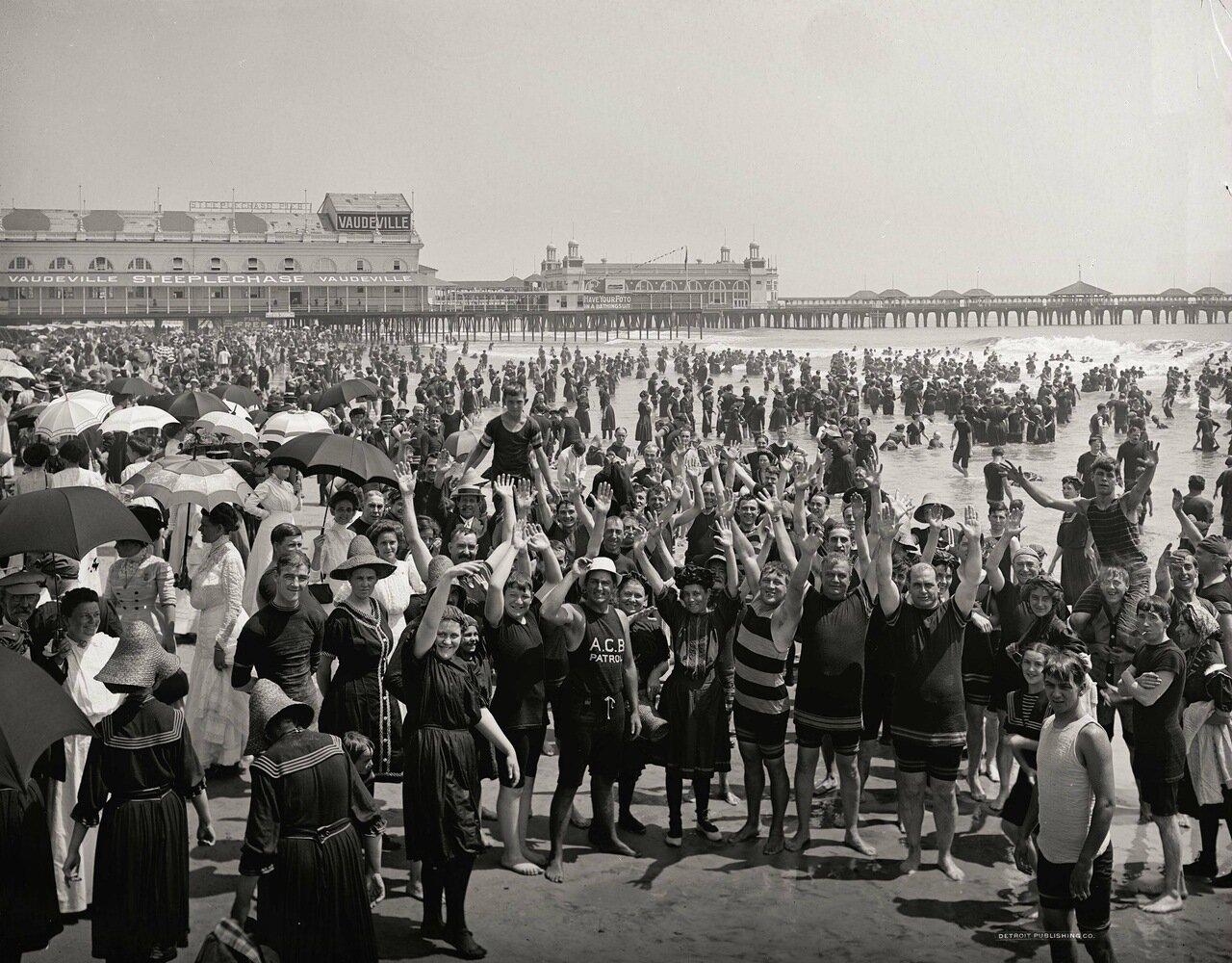 На пляже в Атлантик-Сити, Нью-Джерси, 1900-1920 гг.