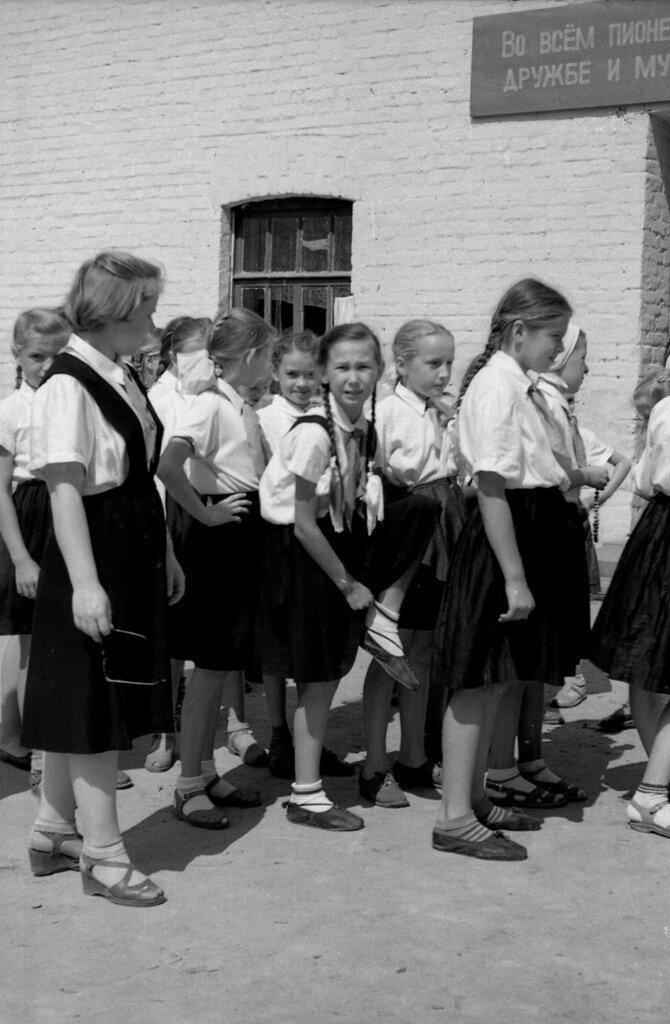 Идет девчачий пионерский отряд.