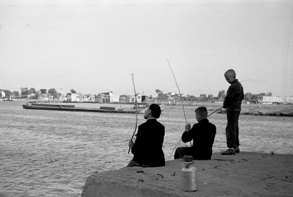 Мальчишки рыбачат.