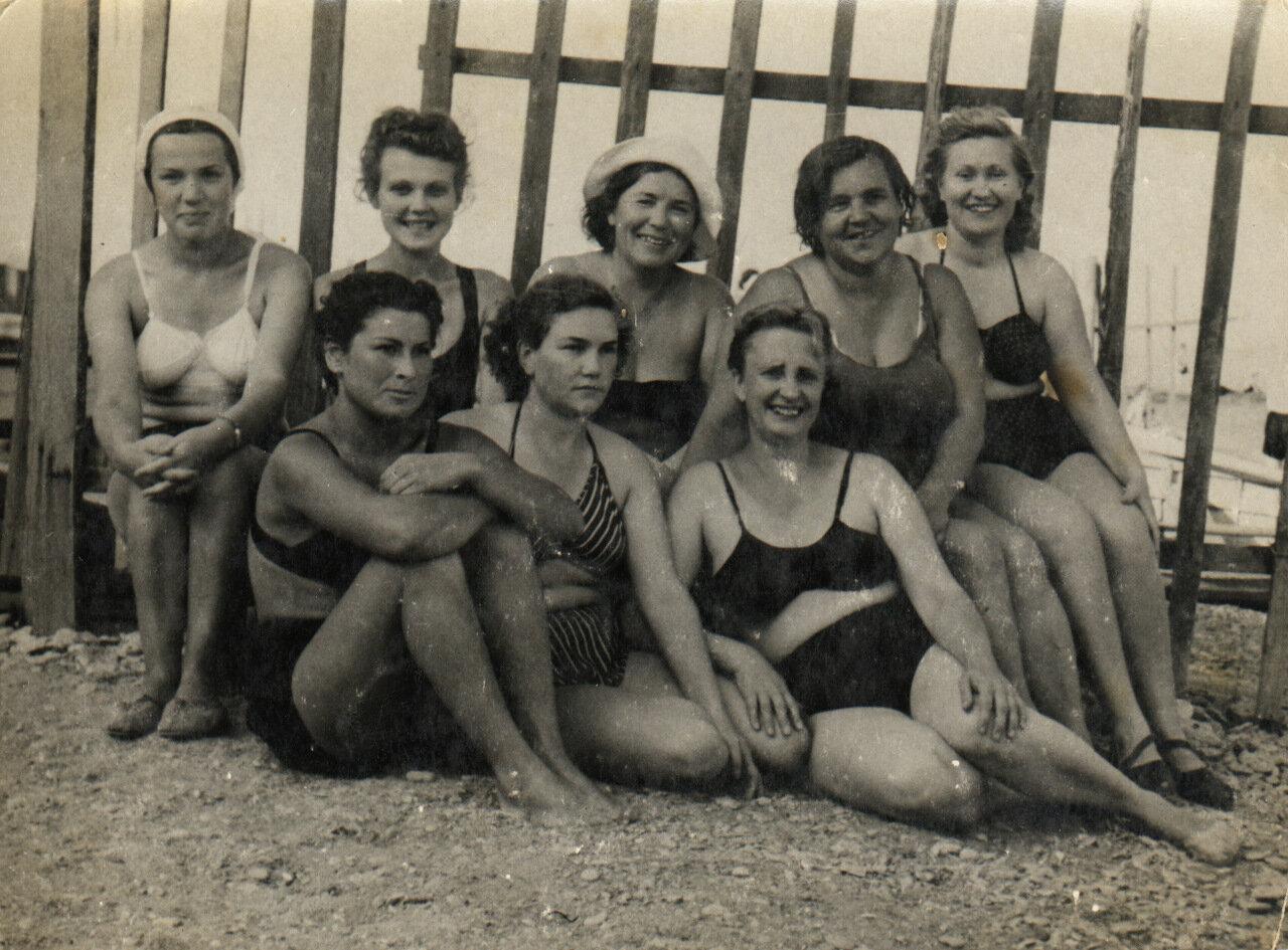 1953, август.  Сотрудницы Одесского военного санатория