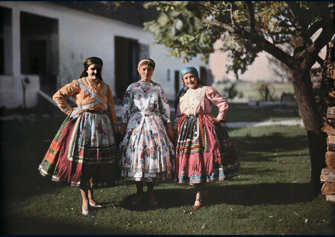 1930. Венгрия. Портрет из трех крестьянок в традиционной одежде на ферме
