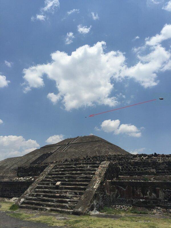 Неопознанные объекты в небе над Теотиуакан, штат Мехико, Мексика 4 мая 2015 года