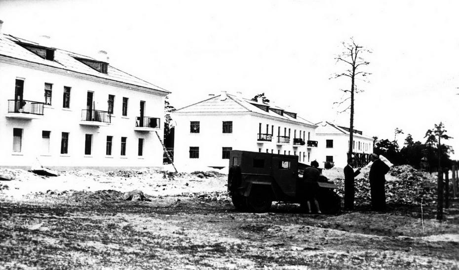 1945. Фото: Лишко К.И. Двухэтажные дома на массиве Дарница.