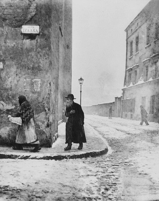 Izaak Street, Kazimierz, Krakow, 1935-38. Photo by Roman Vishniac.