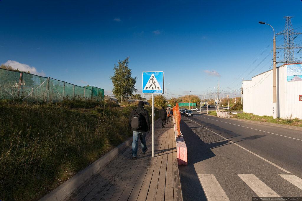 Для граждан предусмотрен деревянный тротуар и проход под железнодорожным мостом