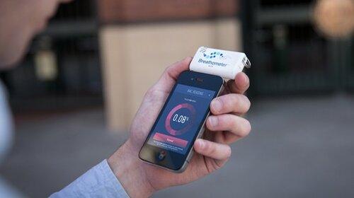 Алкотестер Breathometer в смартфоне