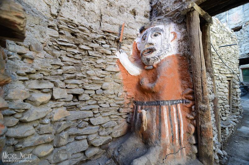 Статуя защитника города Какбени, Гималаи, Непал