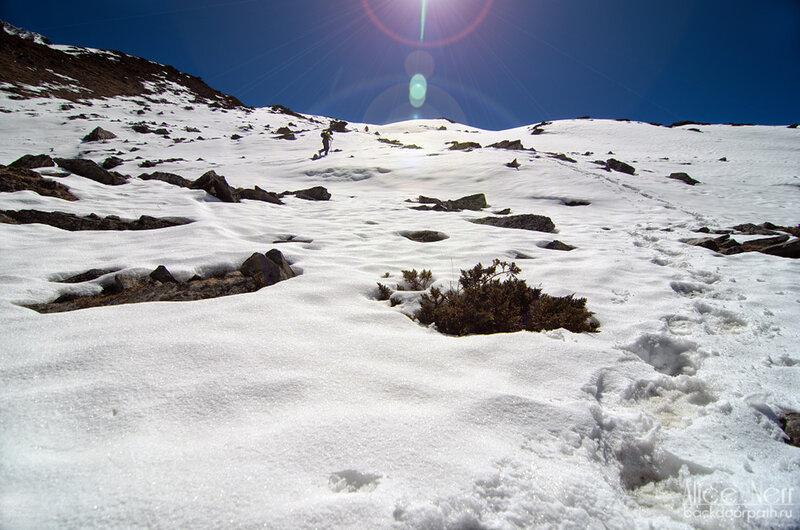 люди идут по снегу в гималаях в горах, непал