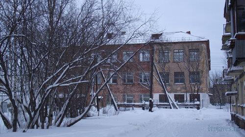 Фотография Инты №2836  Западная сторона Коммунистической 22 (школы №3) (справа кадра видна часть дома Коммунистическая 20) 31.01.2013_13:33