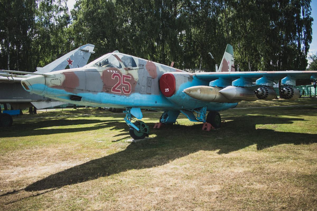 А вот Су-25. Этот бронированный дозвуковой штурмовик предназначен для поддержки с воздуха, он способ